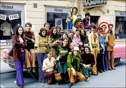 Året är 1971, det är en solig sommardag utanför Bürens herrekipering i Falun. 22 medlemmar av familjen bin Ladin är på besök i Dalarna, Sverige. Usama bin Ladin är tvåa från höger. − Pettersson tittar på bilden, ser att flickor och pojkar bär tidstypiska 70-tals kläder, de ser helt enkelt normala ut. Det har gått utför för Saudiarabien, framförallt för flickorna.