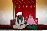 Faiz, 40, och Ghulam, 11, sitter i sitt hem innan deras bröllop på landsbygden Damarda Village i Afghanistan den 11 september 2005.