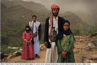Tahani (främst), 8, ses med maken Majed, 27, och sin gamla klasskamrat Ghada, 8, och hennes man utanför sitt hem i Hajjah, Jemen.