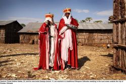 Prästen Addisu Abebe, 23, och hans nya brud Destaye Amare, 11, nygifta i en traditionellt etiopisk ortodox bröllop på landsbygden utanför staden Gondar, Etiopien.