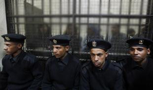 4 egyptiska poliser vaktar en 9-årig pojke och en 10-årig