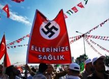 turkey-flotilla-rally Islamister under hakkorsflaggan med texten bra gjort