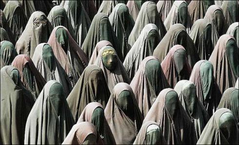 Burqa-ed_throng