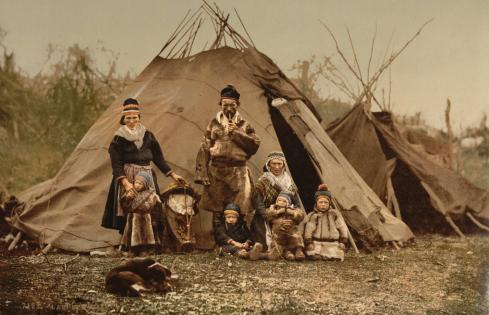 En familj lappar omkring år 1900. De hade det säkert bättre innan de blev försvenskade...