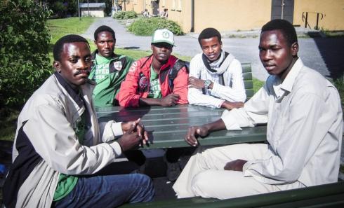 Fotbollen förde dem till Sverige. Nu söker de fem spelarna från Darfur asyl. Från vänster: Ismail Abdulrhman Ibrahim SadElnour, Mubarak Addullah Ahmed, Mahamed Mohoud Annam, Sadam Hissien Dine Haran och Bishara Khalil Bdrkamau Sharife. Fotograf: Bengt Eriksson