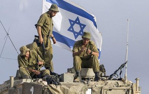 Israeler på en Stridsvagn utanför Gaza