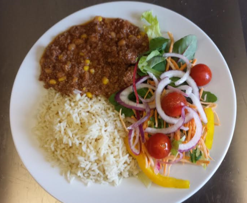 Idag, den 6 augusti serverades Chili con carne till lunch. Undrar om det inte går att byta matsedel, de asylsökande får äta de äldres mat och tvärtom...