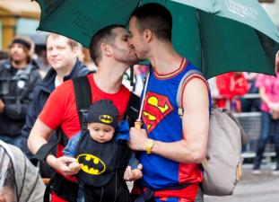 I Saudiarabien slipper flyktingarna mötas av Prideparader och bögar.