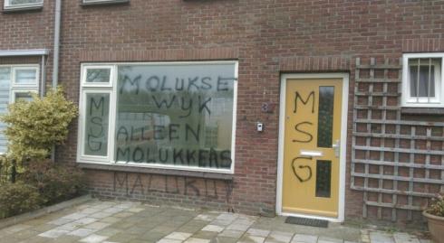 """Graffiti på fönstret: """"Moluckisk stadsdel. Bara molucker."""""""