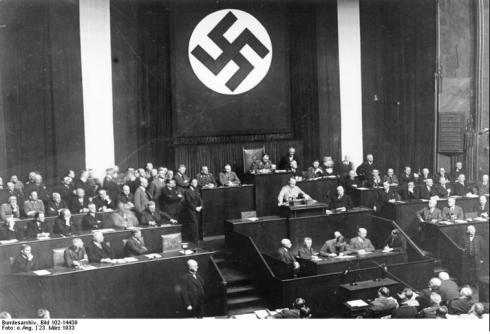 Adolf Hitler talar i riksdagen den 23 mars 1933.