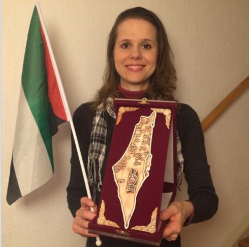 Hillevi Larsson (S) visar stolt upp sitt pris. En karta där Israel är utplånat.