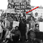 """Momodou Malcolm Jallow vid pilen, där syns också andra anti-svenskar. """"Afrosvenskarnas forum för rättvisa i Malmö"""" demonstrerar med skyltar och banderoller på… engelska i Malmö, Sverige."""