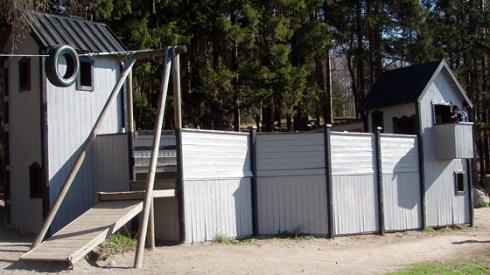 Lekplatsen ligger nedanför Kaknästornet på Gärdet. Här finns linbana, lekfort, karusellgunga, stenlabyrint och mycket annat spännande. Det finns en grill med regnskydd och bänkbord.