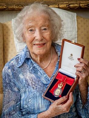 fyller 100 år Vera Lynn fyller 100 år och ger ut en ny skiva | Petterssons gör  fyller 100 år