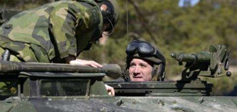 Pansarsoldat Löfven vaktar rikets säkerhet. Anders Wiklund/TT NYHETSBYRÅN