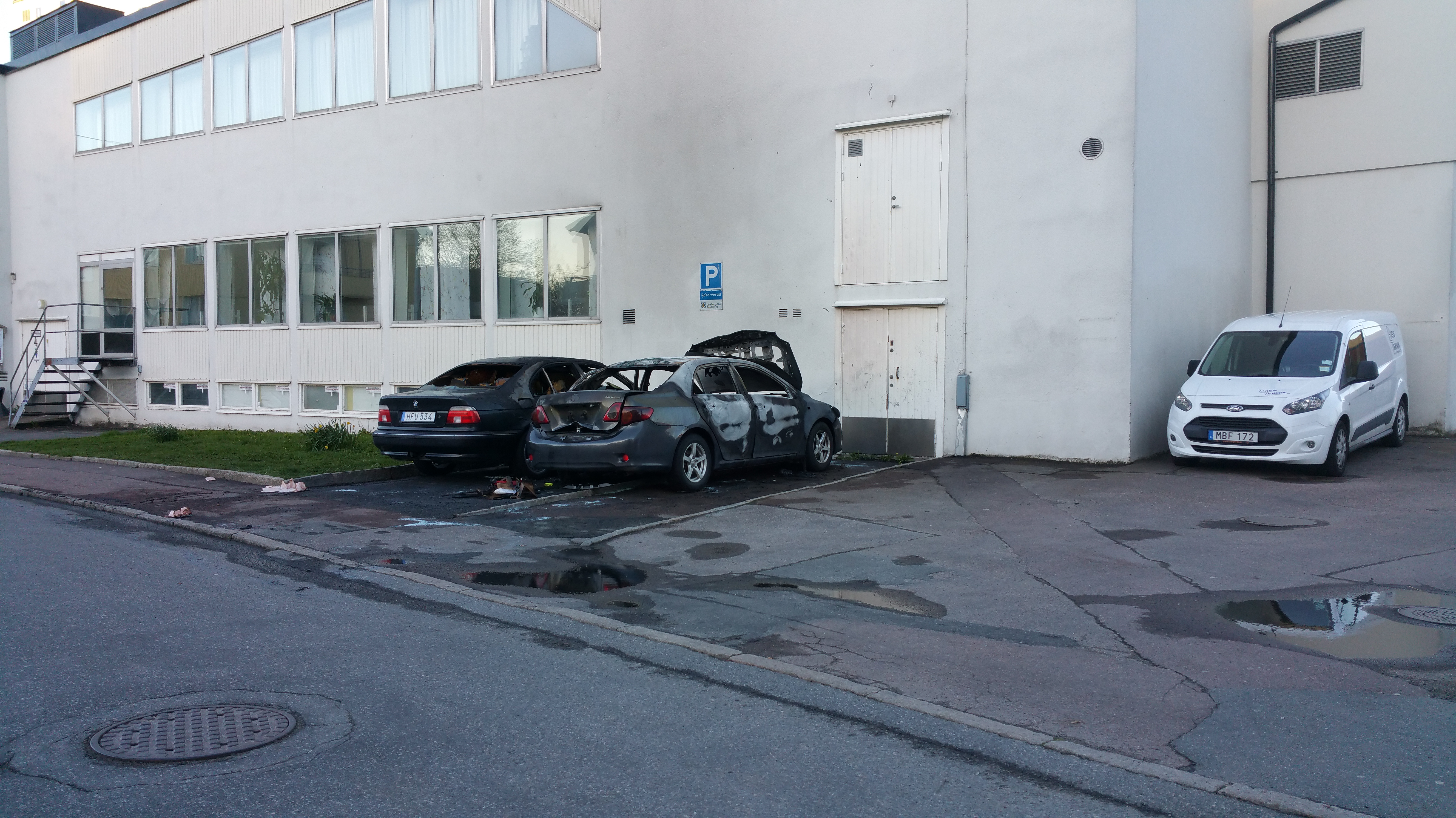Brinnande bil i attentat mot skola