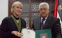 """En stolt utrikesminister tar emot Palestinas soldatorder som heter""""The Grand Star of the Order of Jerusalem"""" av Palestinas president Mahoud Abbas."""