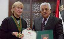 """En stolt utrikesminister tar emot Palestinas soldatorder som heter""""The Grand Star of the Order of Jerusalem"""" av Palestinas president Mahoud Abbas. Foto: EPA/Atef Safadi"""