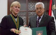 """En stolt utrikesminister tar emot Palestinas soldatorder som heter""""The Grand Star of the Order of Jerusalem"""" av Palestinas president Mahoud Abbas. Foto: TT"""
