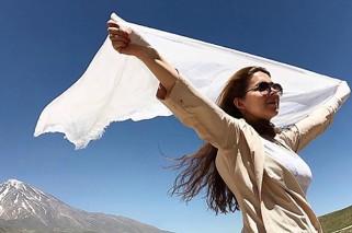 Iran kvinna kastar hijab