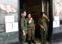 Syriska poliskvinnor vid entrén till en polisstation i Damaskus