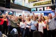 Aftonbladets redaktion jublar över att de slipper solarium. Foto: Ola OLA AXMAN