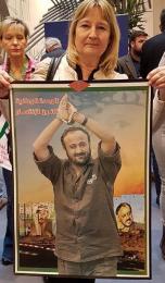 Marita Ulvskog (S) poserar med bild på livstidsdömde palestiniern Marwan Barghouti, som är dömd för terrorism, fem mord på judar och mycket annat.