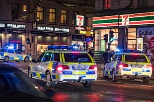 Polisbilar under utryckning på Vasagatan i Stockholm strax innan utdelningen av Nobelpriset Photo: News Øresund - Johan Wessman © News Øresund - Johan Wessman (CC BY 3.0). Detta verk av News Øresund är licensierat under en Creative Commons Erkännande 3.0 Unported-licens (CC BY 3.0). Bilden får fritt publiceras under förutsättning att källa anges. .The picture can be used freely under the prerequisite that the source is given. News Øresund, Malmö, Sweden News Øresund är en oberoende regional nyhetsbyrå som är en del av det oberoende dansk-svenska kunskapscentrat Øresundsinstituttet.. www.newsoresund.org. www.oresundsinstituttet.org