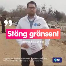 Jimmie Åkesson befinner sig just nu vid den grek-turkiska gränsen och delar ut flygblad där det står att Sverige är fullt.